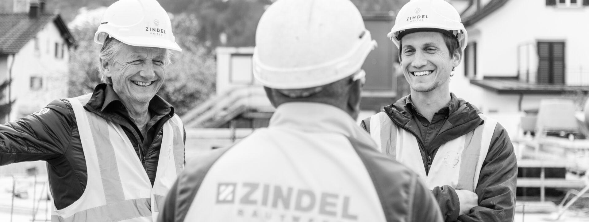 Andreas Zindel-Schnell, COO, zusammen mit Andreas Zindel, CEO auf einer Baustelle in Maienfeld, am 9. April 2021. Foto: Mattias Nutt