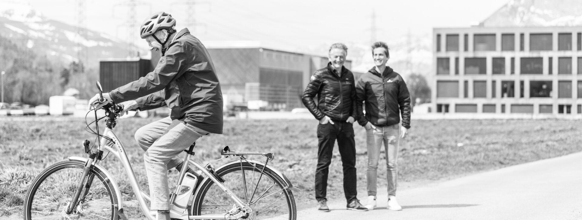 Andreas Zindel, CEO, zusammen mit seinem Vater Andreas Zindel-Schnell, COO, vor dem Hauptsitz Zindel United in Maienfeld, am 9. April 2021. Foto: Mattias Nutt